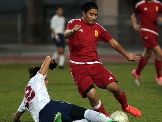 La Quinta's Fabian Alvarez tries to tackle the ball