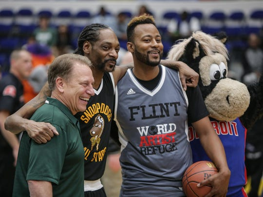 Snoop Dogg, with Michigan State basketball coach Tom Izzo, left, former Spartan Morris Peterson and Pistons mascot Hooper.