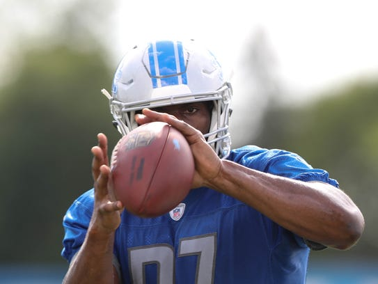 Lions tight end Darren Fells catches balls from a passing
