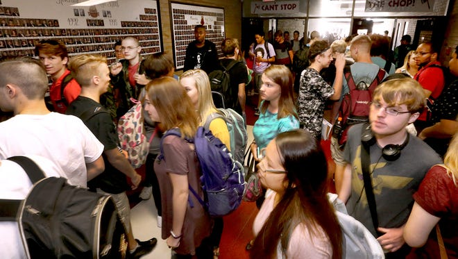 Riverdale sudents crowd the hallway as classes change for 5th period, on the first full day of school Monday, Aug. 8, 2016.
