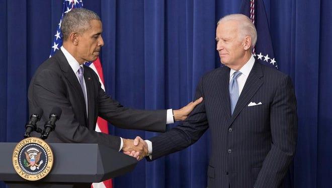 El presidente de Estados Unidos, Barack Obama (i), saluda al vicepresidente estadounidense Joe Biden (d), despues de la firma de la Ley de Curación del Siglo 21, junto a los legisladores y simpatizantes del Edificio de la Oficina Ejecutiva de Eisenhower, en Washington.
