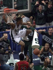 Michigan State's Morris Peterson slams in a lob pass