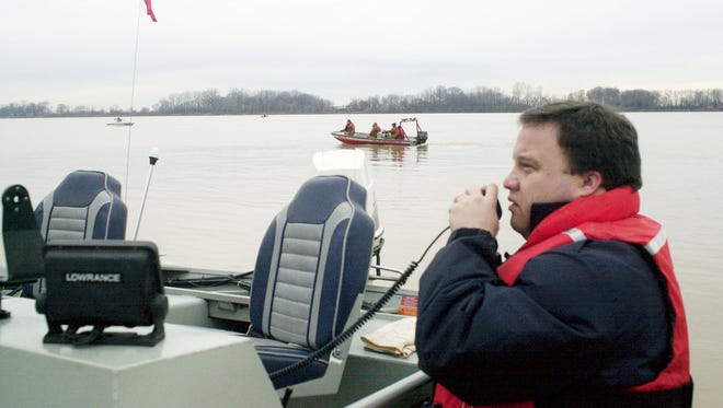 Kenny Garrett radios the command center at Marina Point as boats go in the water at Henderson's 2nd street boat ramp in a mass search for Hardy Whitworth who disappeared on the Ohio River during Monday, Jan. 3, 2000 storm. Nine search & rescue team combed 120 miles of river bank, with know luck finding the 80-year-old Henderson County man. (Gleaner photo by Daniel  R. Patmore) shot: 01/08/2000