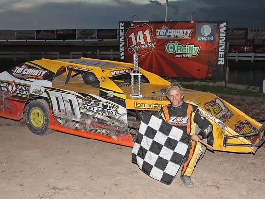Local racing veterans R.M. Van Pay (00) and Brian Mullen