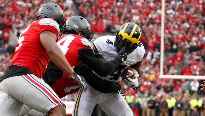 Michigan Wolverines running back De'Veon Smith rushes the ball during overtime against the Ohio State Buckeyes at Ohio Stadium on Nov. 26, 2016.