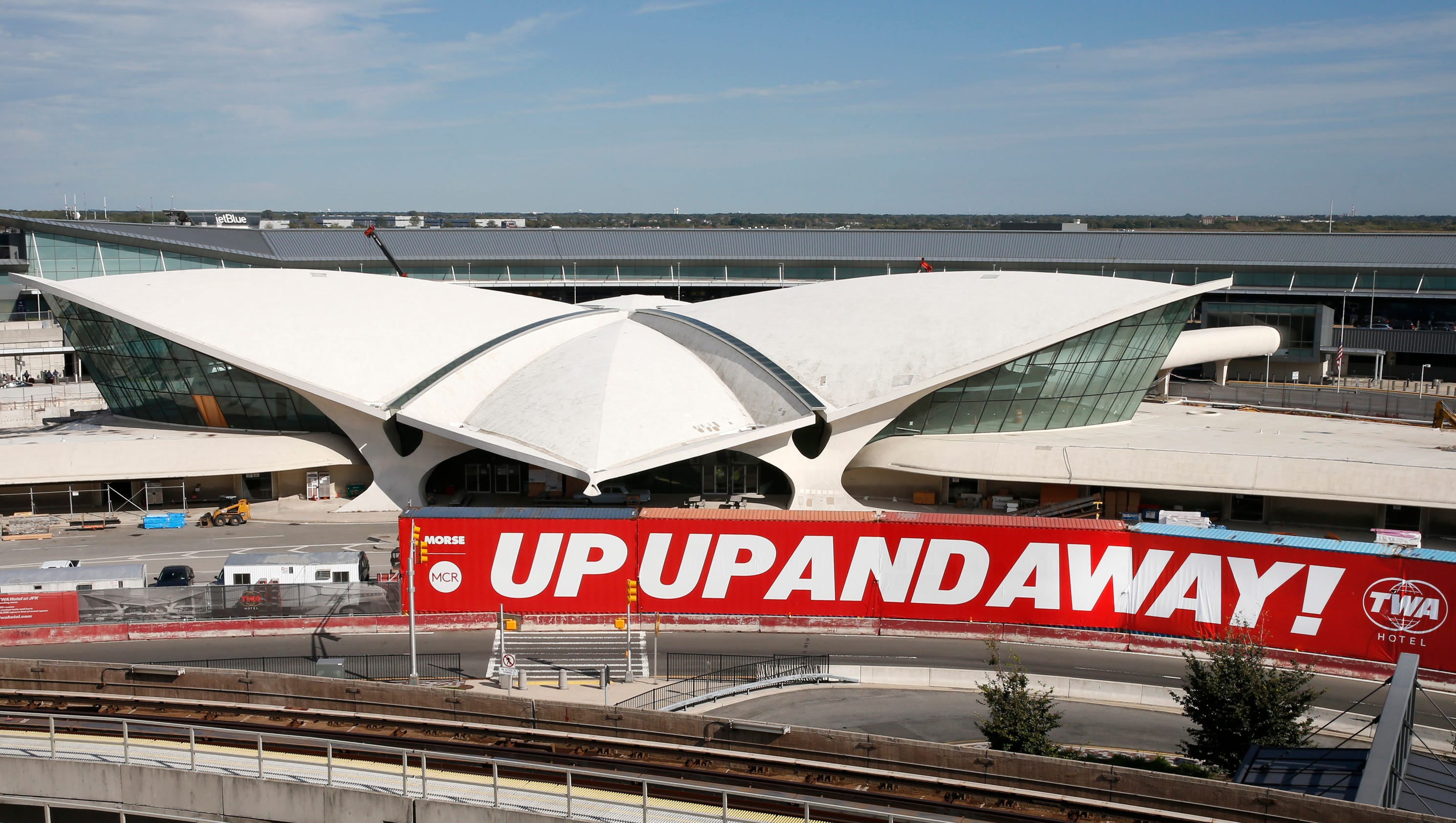 Twa terminal at new york jfk new hotel will evoke glamour for Hotel at jfk airport terminal