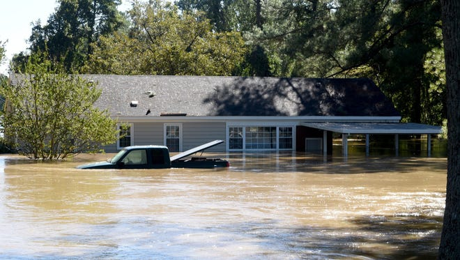 A home and truck are submerged after flooding  caused by Hurricane Matthew,  in Hope Mills, North Carolina, USA, 09 October 2016. Hurricane Matthew is blamed for at least seven deaths in the North Carolina and hundreds in Haiti, according to reports.  EPA/CAITLIN PENNA