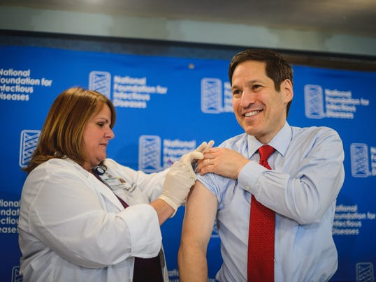 Dr Frieden Receives flu shot (1)