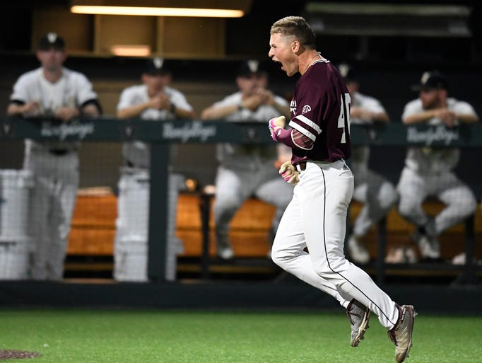 Mississippi St. right fielder Elijah MacNamee (40)