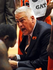 Oregon State Beavers head coach Wayne Tinkle huddles