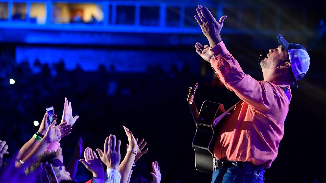 Fans go crazy as Garth Brooks surprises at CMA Fest 2017