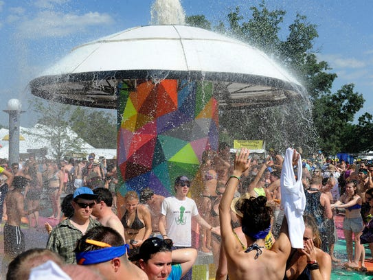 Fans cool off in the Centeroo Fountain at the 2013
