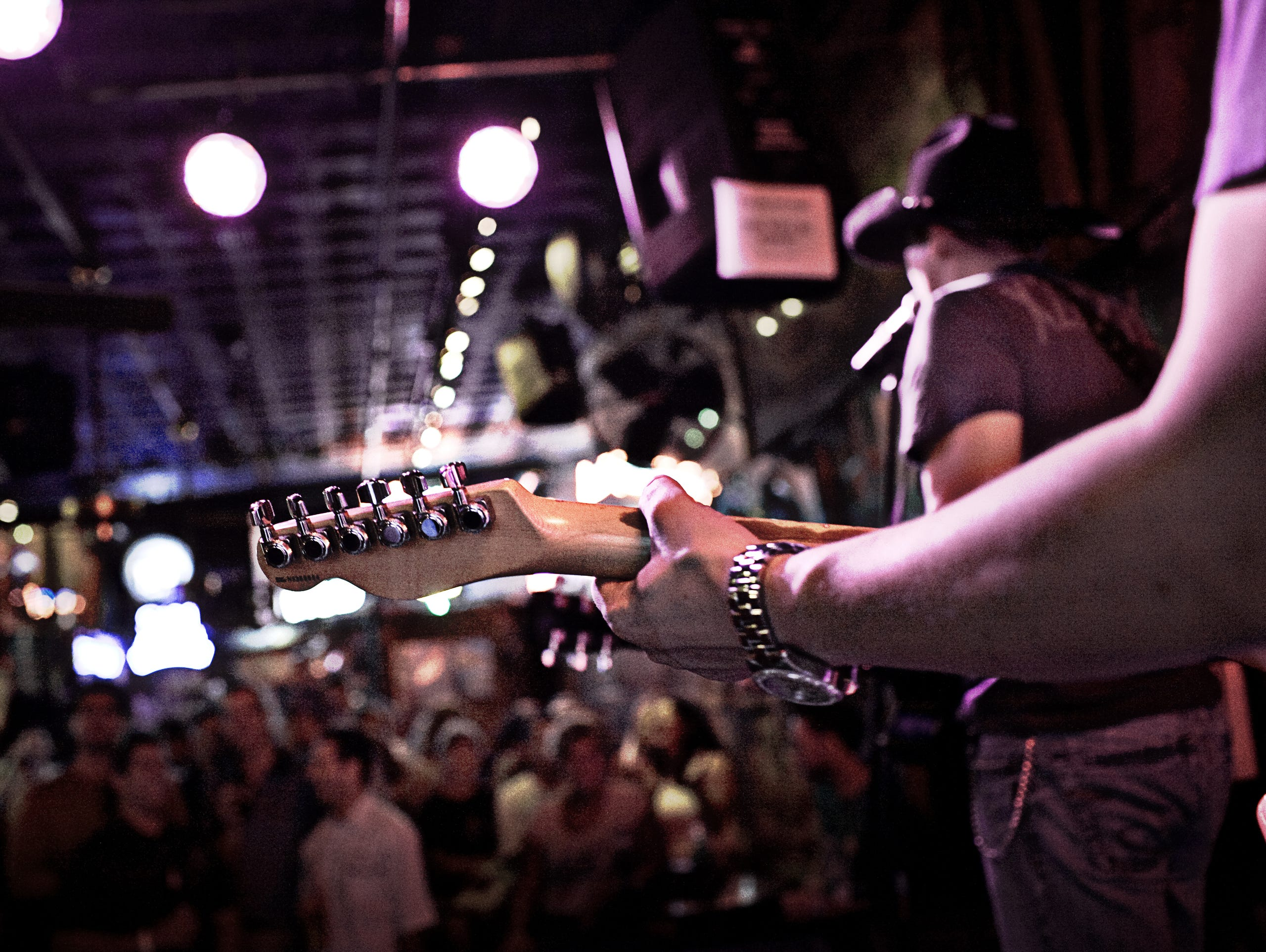 Visitors enjoy live music at one of Nashville's many clubs.