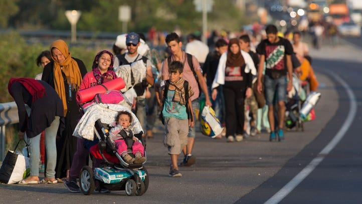 Migrants begin walking towards the Austrian border