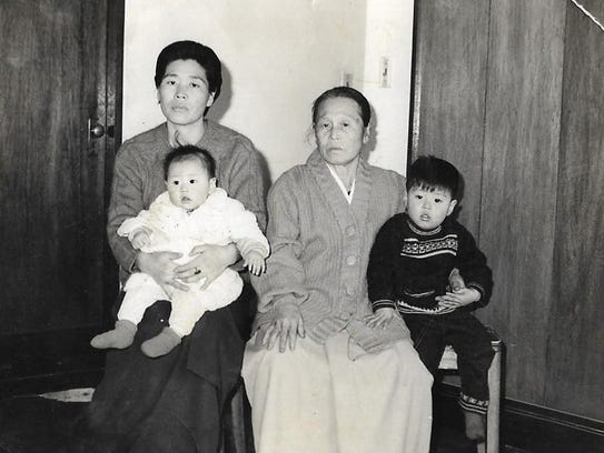 Hwang In-cheol, right, with his sister, mother and