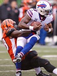 Cincinnati Bengals defensive end Carl Lawson (58) tackles