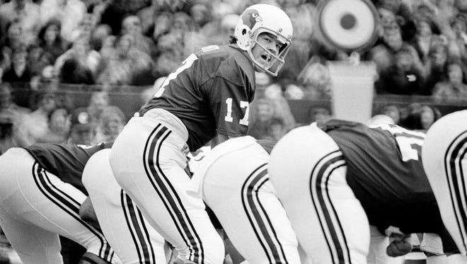 Jim Hart lines up under center for the St. Louis Cardinals in 1974.