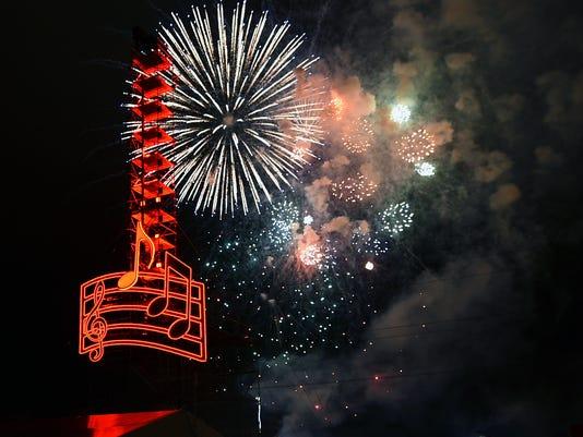 635872083423748200-firework-1.jpg