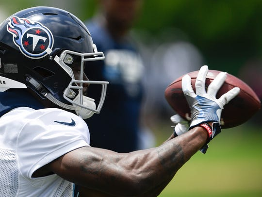 Titans wide receiver Corey Davis (84) pulls in a pass