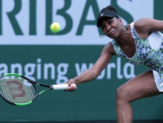 Venus Williams returns the ball to Sorana Cirstea,