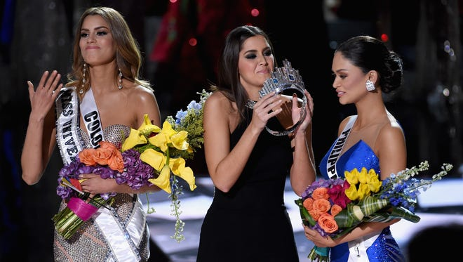 Miss Colombia 2015, Ariadna Gutierrez, has her crown removed by Miss Universe 2014, Paulina Vega, and given to the winner of Miss Universe 2015, Miss Phillipines 2015, Pia Alonzo Wurtzbach.