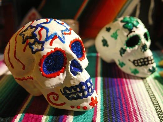 El 2 de noviembre los latinos celebran a lo muertos.