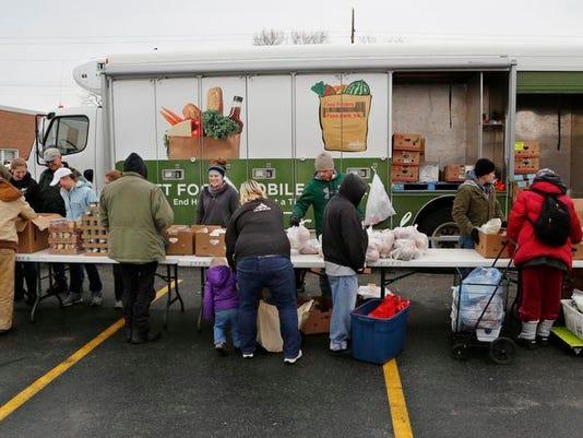 -LAF First Mobile Food Pantry_05.jpg_20140128.jpg