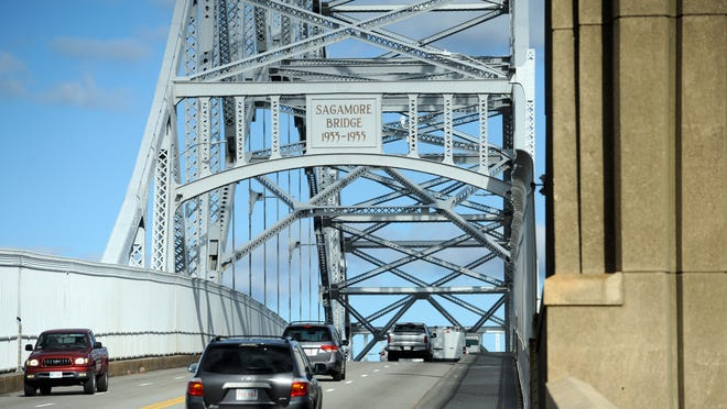 A memorandum of understanding signed Tuesday between the Army Corps of Engineers and the Massachusetts Department of Transportation gives the state agency control over plans to replace the aging Bourne and Sagamore bridges.