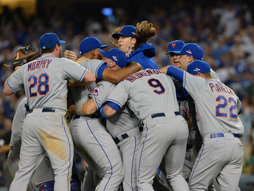 Game 5 in Los Angeles: The Mets celebrate after beating