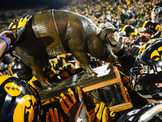 (Floyd of Rosedale): The Iowa Hawkeyes carry off the