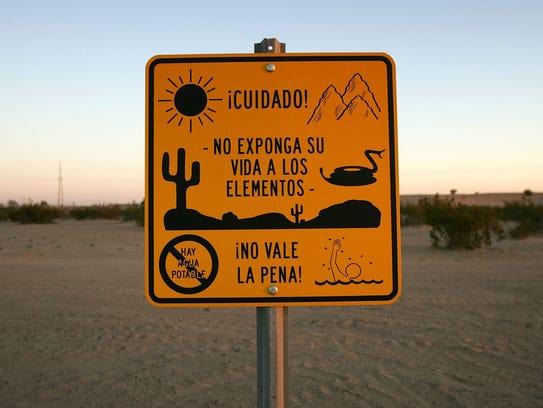Un letrero advierte a los inmigrantes del peligro de