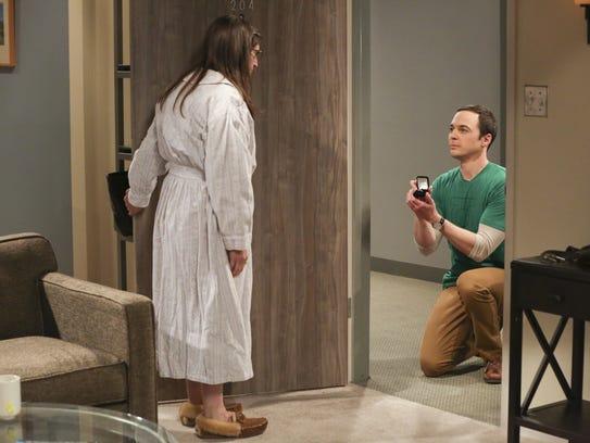 Sheldon (Jim Parsons) proposes to Amy (Mayim Bialik)