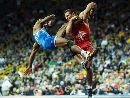 Nahshon Garrett (blue) and Tony Ramos (red) werstle