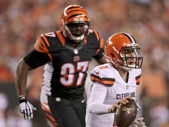 Bengals defensive tackle Geno Atkins tracks down then-Browns