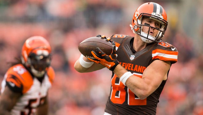 Cleveland Browns tight end Gary Barnidge (82) makes an 11-yard reception during the third quarter against the Cincinnati Bengals at FirstEnergy Stadium.