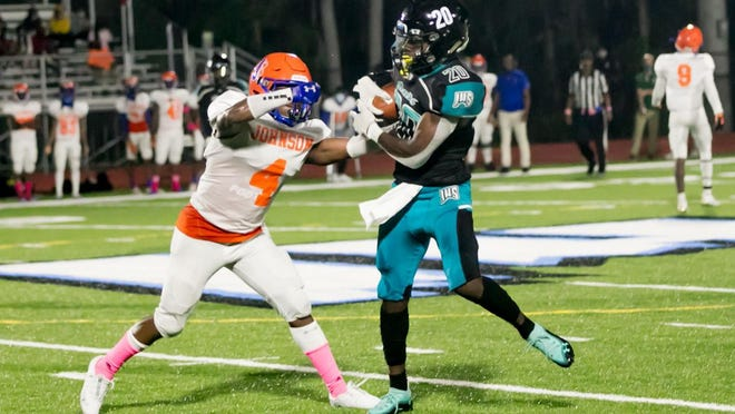Langston Lewis of Islands makes a catch with Corrie Lee defending Thursday night at Islands Stadium.