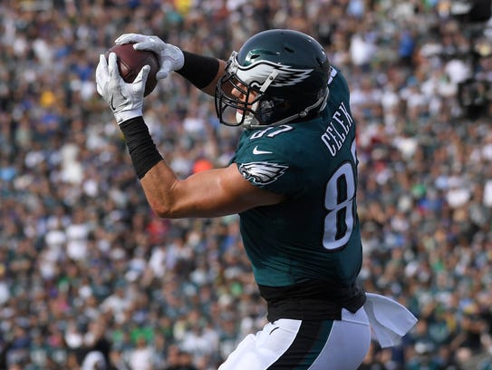 Philadelphia Eagles tight end Brent Celek catches a