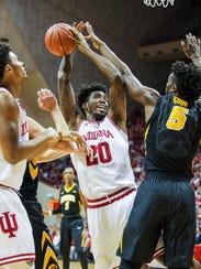 Indiana Hoosiers forward De'Ron Davis (20) shoots the