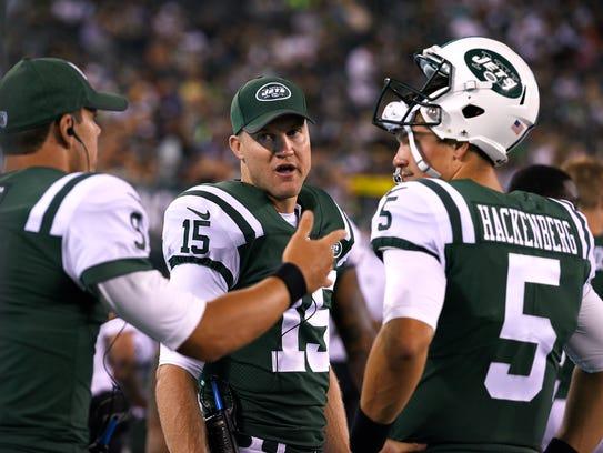 Jets quarterbacks Josh McCown (15) talks with Bryce