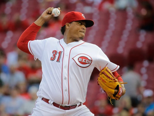 Cincinnati Reds starting pitcher Alfredo Simon throws during the first inning of a baseball game against the Pittsburgh Pirates, Wednesday, May 11, 2016, in Cincinnati. (AP Photo/John Minchillo)