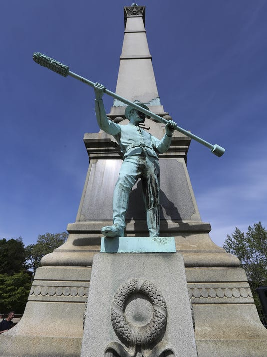 635996755505999177-ConfederateMonument08.jpg