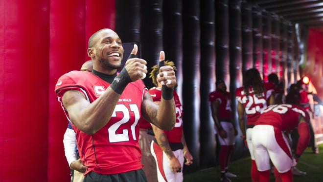 Arizona Cardinals cornerback Patrick Peterson (21) gives two thumbs up before introductions against the Tennessee Titans at University of Phoenix Stadium in Glendale, Ariz., December 10, 2017.