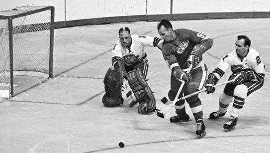 Gordie Howe dangles toward the net but Oakland Seals