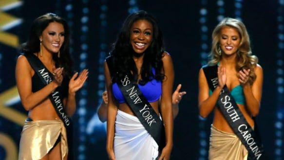 Hoa hậu New York Camille Sims mỉm cười sau khi được đặt tên
