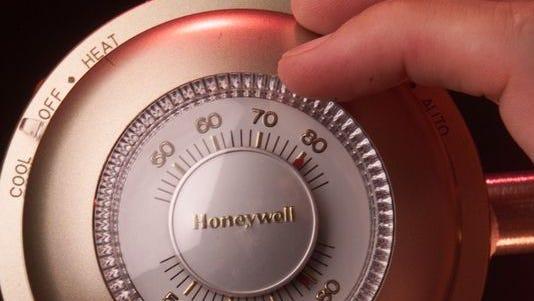 Evitar el calor infernal significa mantener el termostato del aire acondicionado en un nivel cómodo que mantenga fresca la casa, sin necesidad de vaciar la cuenta bancaria.