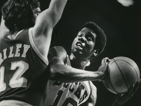 Playing in a 1974 playoff series against the Lakers, Bob Dandridge looked toward the basket with Pat Riley guarding.