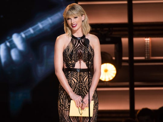 Taylor Swift presents the award for entertainer of