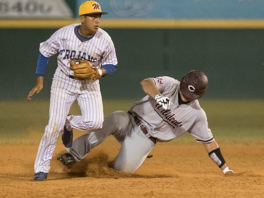 Moody's Andrew Saenz tags out Calallen's Brandon Broughton