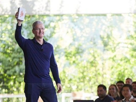 tim_cook_billionth_iphone_large.jpg