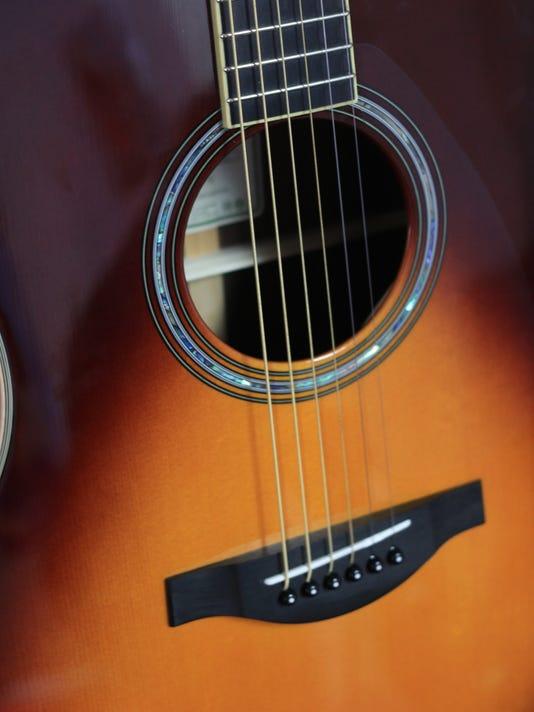 yamaha guitar makes electric sounds acoustically. Black Bedroom Furniture Sets. Home Design Ideas